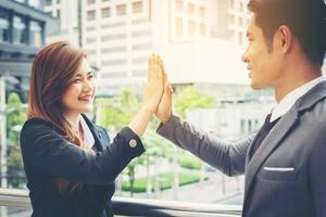 close-up de empresários felizes dando high fives lá fora
