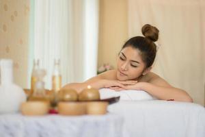 jovem mulher bonita com massagem saudável em um salão de spa foto