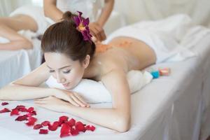 jovem mulher bonita com massagem saudável em um salão de spa