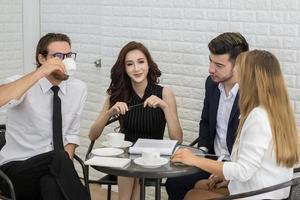 grupo de jovens colegas de trabalho em discussão no escritório foto