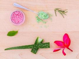 ingredientes naturais de spa em mesa de madeira clara