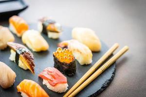 Sushi nigiri com salmão, atum, camarão, camarão, enguia, casca e outros sashimis foto