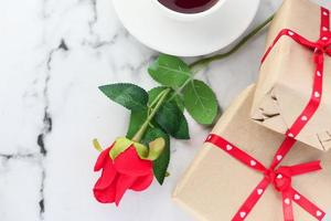 rosa e caixa de presente do dia dos namorados