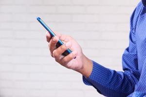mão segurando um telefone inteligente azul