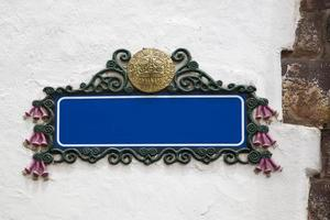 placa de rua azul vazia em branco em uma parede gessada