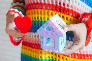 casa de brinquedo e coração vermelho de brinquedo foto