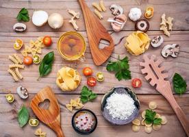 vista de cima de comida italiana em madeira clara foto