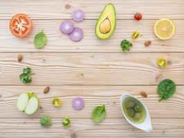 quadro de alimentos saudáveis em madeira clara foto