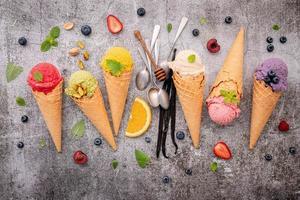 vista de cima de sorvete com sabor de frutas foto