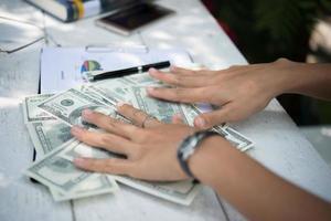 dólares nas mãos da mulher