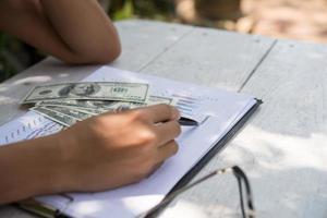 mulher fazendo contabilidade