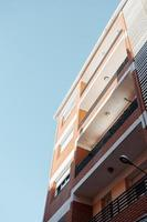 imagem vintage de um prédio de tijolos com um céu azul claro como fundo foto