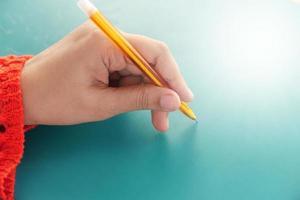 close-up de uma mão de mulher escrevendo