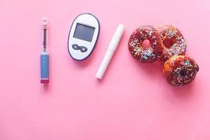 donuts e ferramentas de medição para diabéticos