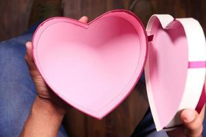 caixa de presente em forma de coração vazia foto
