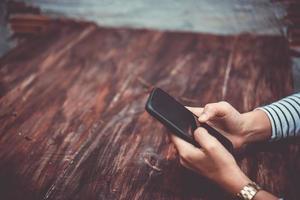 mulher usando um smartphone em uma cafeteria foto