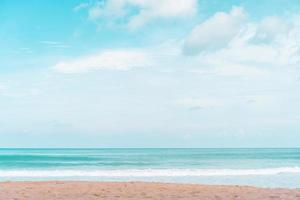 praia tropical e areia branca no fundo do verão foto
