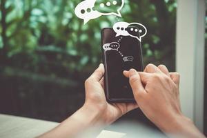 mulher usando um smartphone com ícones de tecnologia ao fundo