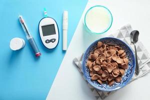 cereais e leite com insulina e ferramentas para diabéticos
