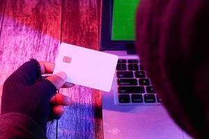 mão do hacker um cartão de crédito