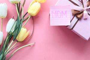 presente do dia das mães em fundo rosa foto