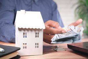 pagando em dinheiro por um conceito de casa foto