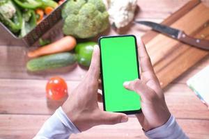 telefone inteligente na cozinha