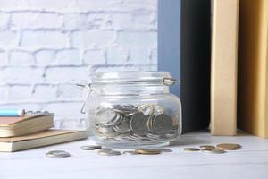 economizando moedas em uma jarra