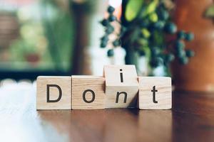 faça ou não em cubos de madeira na mesa