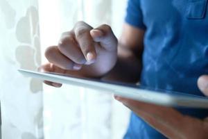 criança usando um tablet digital