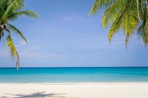praia tropical e fundo de céu azul foto