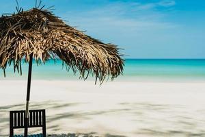 mesa e cadeira em praia tropical de verão foto