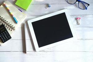 tablet em cima de uma mesa foto