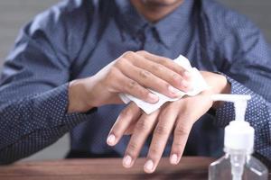 homem usando um lenço úmido