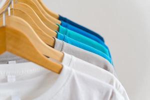 close up de camisetas em cabides, fundo de vestuário
