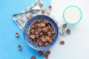vista superior de flocos de milho de chocolate em uma tigela