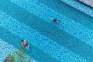 vista aérea superior de nadadores na piscina foto