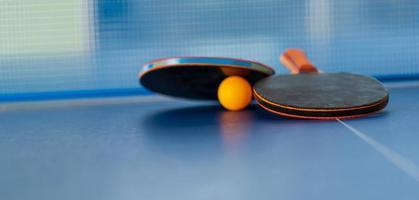 raquete de tênis de mesa e bola