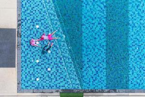 crianças brincando na piscina, vista aérea de cima foto