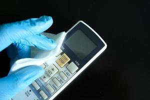 limpar o controle remoto com um tecido antibacteriano