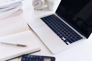planejador notebook e laptop no espaço de trabalho