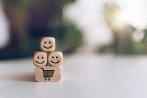 rosto sorridente e ícones de carrinho em cubos de madeira