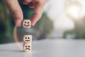 ícones de rosto sorridente em cubos de madeira foto