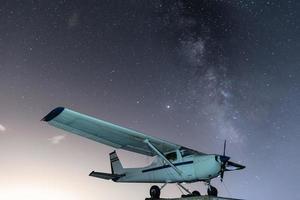 avião com a via láctea