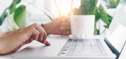 pessoa usando um laptop para trabalhar, estudar na mesa