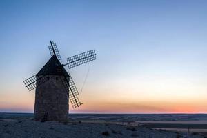 velho moinho de vento ao pôr do sol