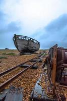 velho navio no pântano de esterco