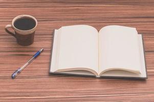 caderno e café na mesa foto