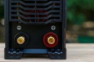 máquina selvagem com portas vermelhas e pretas