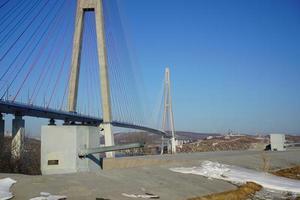 Ponte Russky contra um céu azul claro em Vladivostok, Rússia foto